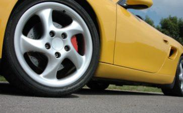 【碳纤维跑车一撞就烂么】碳纤维跑车的强度揭秘